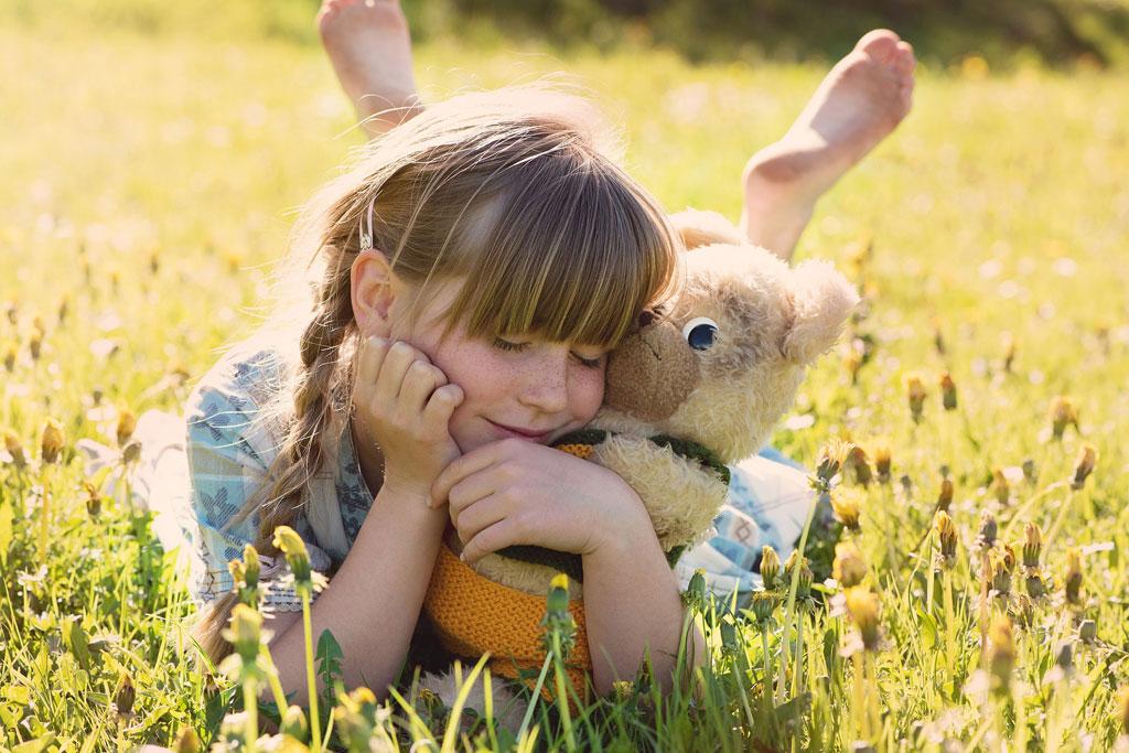 Mädchen glücklich im gras